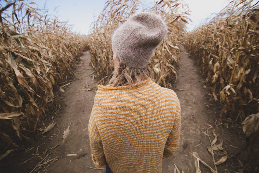 vrouw voor veld twee wegen keuze maken